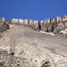 "<span class=""image-name"">Скалы около Лама-Юру / Rocks near Lama Yuru</span>"
